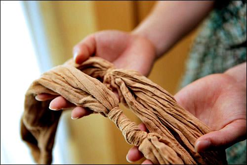 3. 紐を解かないまま日によくあたるように干します。乾いたら、さらに水洗いして茶色い色を落とし、もう一度干します。乾いたら、ようやく紐をほどきます。