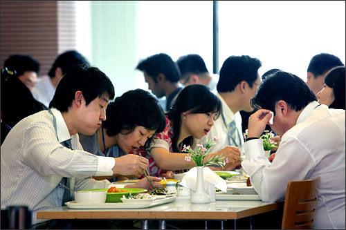 食事中はできるだけ音を出さずに食べよう食事中にクチャクチャと食べる音をさせるのは韓国でもマナー違反。麺類も他の料理と同じく、できるだけ音を立てずに食べるのが好ましいとされています。韓国も麺料理が豊富ですが、召し上がるときは、音は控えめに。