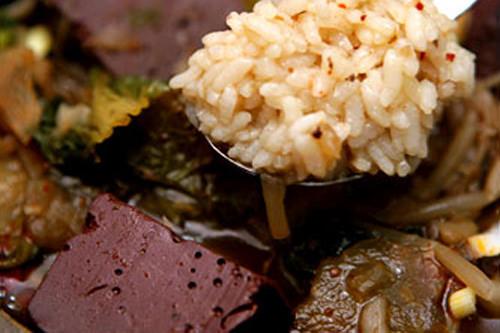 スープにご飯を入れて食べてもOK日本では汁かけご飯は「ねこまんま」と言われマナー上よくないとされますが、韓国では問題なし。クッパ(スープご飯)は人気の韓国料理です。ただし、スープの中にご飯を入れるのが基本原則なので、逆にならないようにしましょう。
