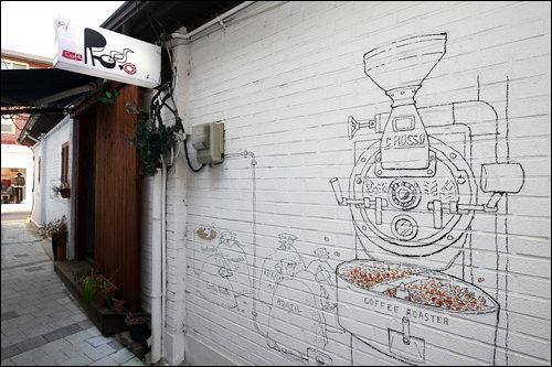 お店の壁にはオーナー自ら描いたコーヒーロースター