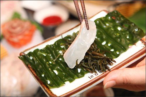 お刺身を頼むと出る海藻類。自然の味そのままのわかめとひじきと一緒に食べることで海の幸の旨みが口いっぱいに広がります。