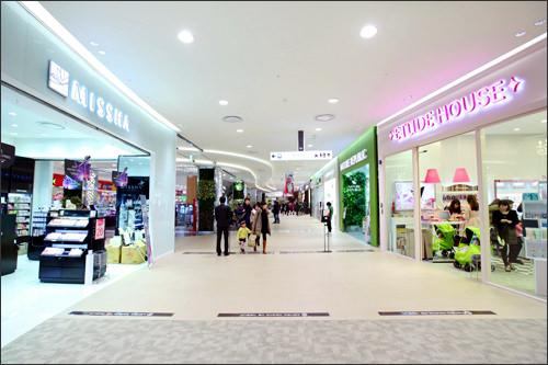 人気の韓国コスメブランドが並ぶ
