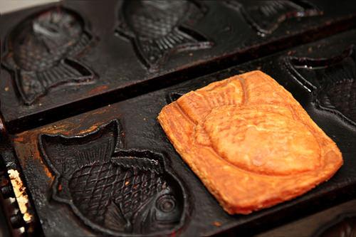 フナ型鉄板にパン生地を挟んで焼きます