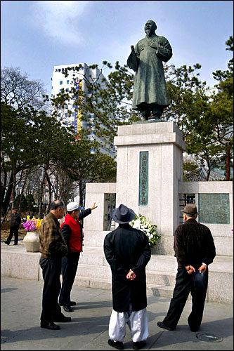 タプコル公園にある、ソン・ビョンヒの銅像