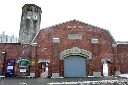 西大門刑務所歴史館監獄や死刑場、塀や見張り台などが残る歴史博物館