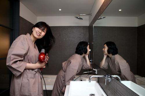大きな鏡と湯船のあるバスルームバスルームに設置された鏡は、2人で利用することもできる大きさ。購入した韓国コスメで、お肌のお手入れもバッチリ!湯船もあるので、旅で歩き疲れた体を癒すのにもピッタリです。