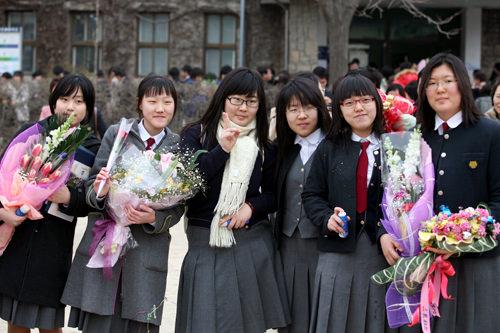 中高生は普段着ている制服姿で臨む