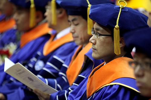 延世(ヨンセ)大学ブルーのガウンが目をひきます