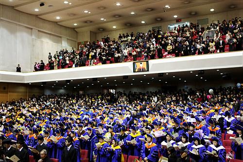 大学は大人数です