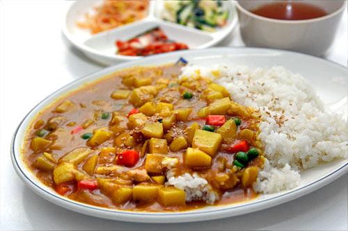 韓国のカレーは黄色く、さらさらとして、味も薄め