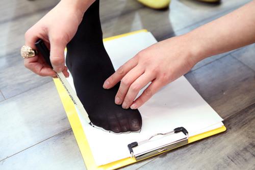 1.店内にあるサンプルの靴で、または用紙の上に足をのせてサイズを測ります。