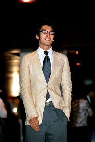 キム・ナムジンさすが元モデルさん。長身で明るい色のスーツは目立ってました。