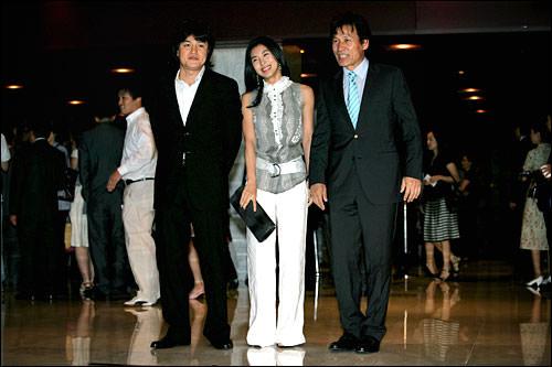 (左から)パク・ジュンフン、ハ・ジウォン、アン・ソンギ