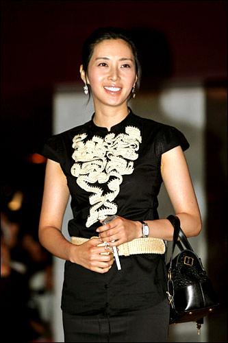 ソン・ユナお肌つるつる、とても綺麗でスタイル抜群。加えてず~っとニコニコしていて笑顔が素敵な女優さんです。