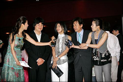 インタビューを受ける(左から)パク・ジュンフン、ハ・ジウォンアン・ソンギ