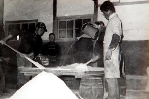 創業当時のマッコリ製造の様子