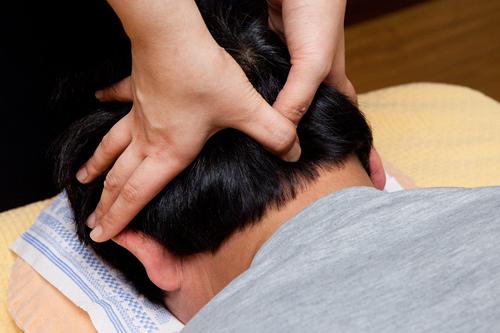 1.頭、首の付け根後頭部から首の付け根にかけて指圧。体がじんわり温かくなります。