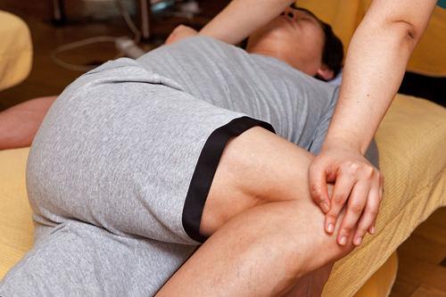 4.体の筋を伸ばす腰や背中をひねり、普段使わない上半身の筋肉や筋を伸ばします。