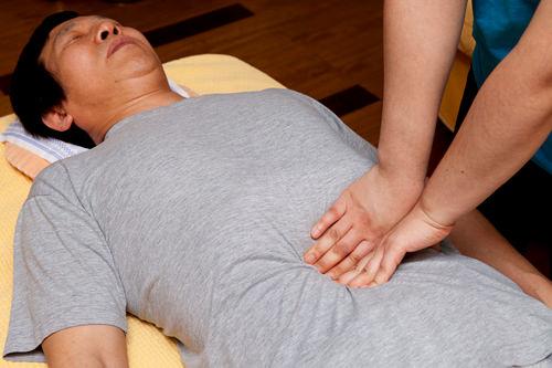 5.腸マッサージやさしく腹部を押し、腸にはたらきかけます。便秘におすすめ。
