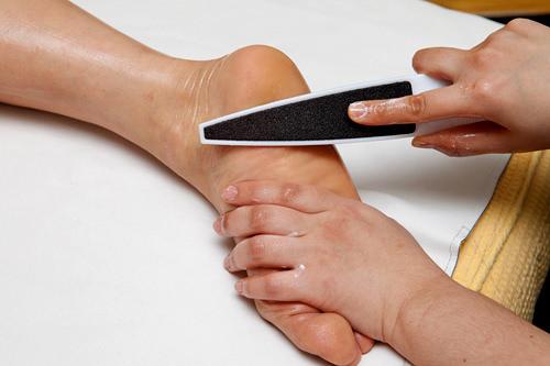 2.足裏の角質ケア硬くなった角質をやすりで取り除きます。すべすべで柔らかな足を目指します。