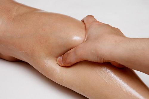3.ふくらはぎ足首から握るように揉みあげます。血流を良くし、むくみの原因となる老廃物の排出を促します。