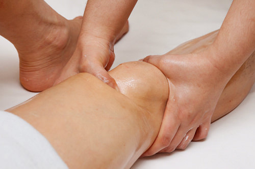 4.膝、太もも自分ではマッサージが難しい太ももを指圧。老廃物によるたるみで年齢が出やすい膝まわりもカバーします。