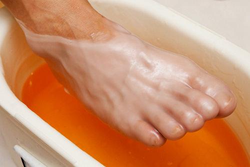 6.パラフィンパック約45度のパラフィン(ろう)液に足をひたしてパック。乾燥肌や、ひび割れた肌を保湿し、しっとり潤いを与えます。