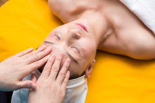 1.クレンジング2回にわたるクレンジングで肌の古い角質を落とし、毛穴の汚れを除去。