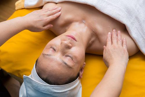 2.デコルテマッサージ首から肩、胸にかけて、凝り固まった筋肉をゆっくり揉み解します。