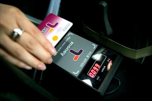 タクシーの端末機にカードをあてます