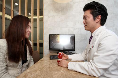 1.初診・カウンセリング歯の状態を確認。治療方法や料金、治療スケジュールを相談します。