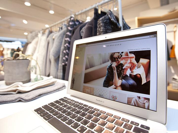 店内のPCではオンラインショップページが開かれています