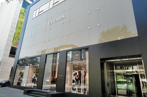 ESCADA (地図青8) ドイツ生まれのエスカーダは、女性らしいデザインと斬新な色使いの洋服が人気。カジュアルからラグジュアリーまで揃います。TAX FREE