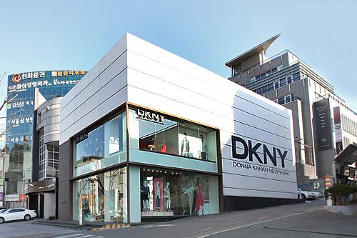 DKNY (地図青9)ニューヨークのエネルギッシュな魅力が炸裂するダナキャラン。都会的な一着を手に入れて。TAX FREE