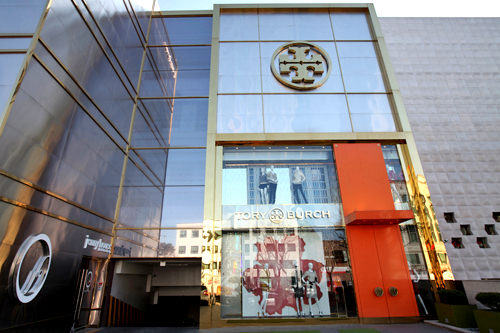 TORY BURCH (地図青10)ブランドロゴを象った金具が輝くバレエシューズが人気。2階はトリーバーチの家を再現した展示室で、ドラマ「ファッション王」のロケも行われました。TAX FREE