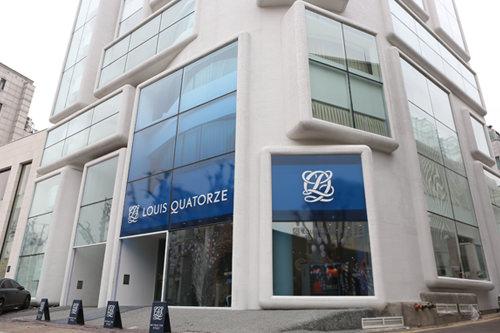 LOUIS QUATORZE (地図青14)フランスの革職人が立ち上げたブランドで、現在は韓国で経営権を所持し、オリジナル品を販売。こちらの店舗ではフランス輸入品の取り扱いも。TAX FREE