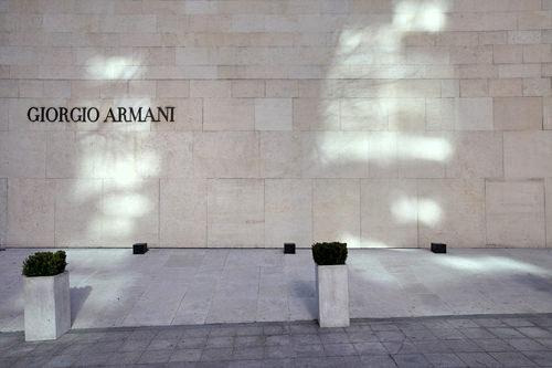 GIORGIO ARMANI (地図青3)贅沢な素材と美しいシルエットを追求したジョルジオ・アルマーニ。上品な洋服が豊富に揃います。TAX FREE