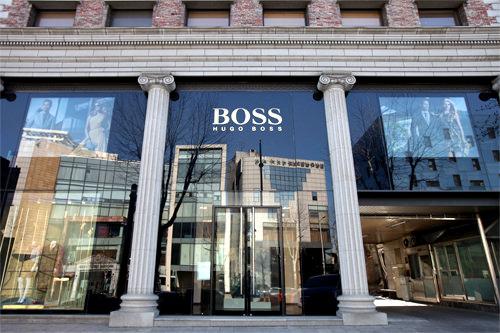 HUGO BOSS (地図青1)カジュアルからビジネスまで様々なラインのシャツやパンツ、シューズなどが勢ぞろい。TAX FREE