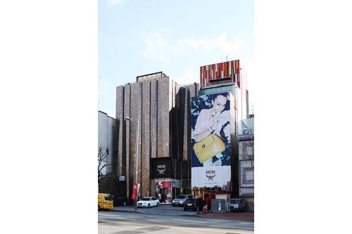 MCM (地図青13)MCMのバッグは韓国のアイドルたちが愛用していることでも有名です。東方神起のチャンミンが愛用するリュックもこちらの店舗限定品。TAX FREE