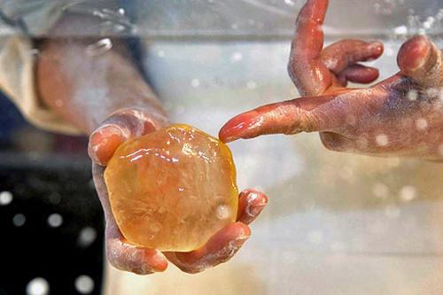 1.カチコチの蜂蜜の塊を…