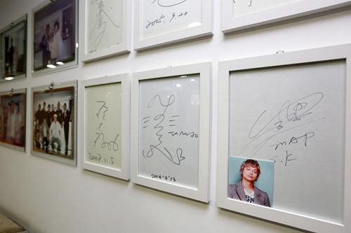 壁には芸能人のサインや写真が