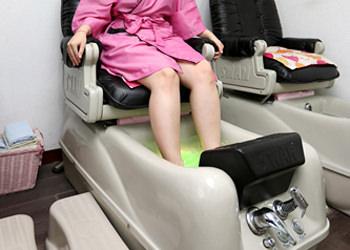 1.足スパまずはフットスパで足先から全身を温めて、リラックスと同時に代謝を高めていきます。