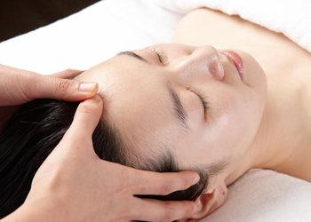 3.頭皮指圧指で頭のつぼを刺激することで、こりで重くなった頭がすっきりします。
