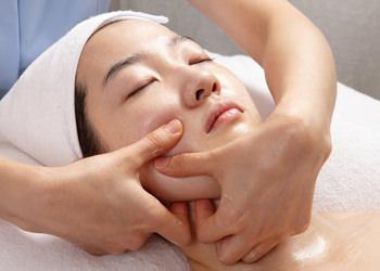 4.顔面縮小経絡マッサージ気の流れの通り道(経絡)に沿って施される経絡マッサージ。血流を促し、肌のたるみを引き締め、美しいフェイスラインへと導きます。
