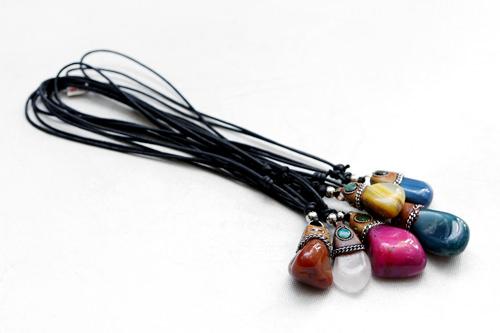 鮮やかな天然石のネックレス。いろいろあって迷いそう(各10,000ウォン)