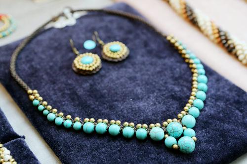ターコイズと金色の組み合わせが素敵なネックレス(32,000ウォン)、ピアス(12,000ウォン)