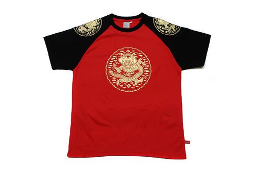 黒と赤のコントラストが印象的。王がまとった衣装の文様Tシャツ(26,000ウォン)