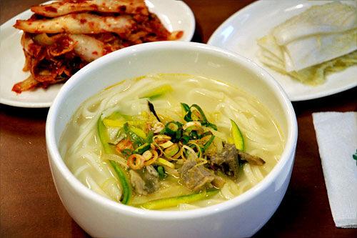 定番の韓国麺へGO>>
