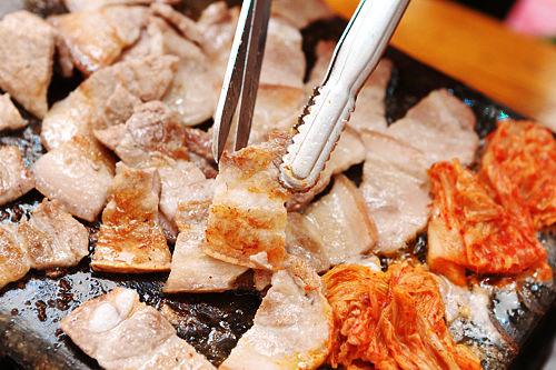 サムギョプサル(豚の三枚肉)脂っこい肉とさっぱりとした飲み口の焼酎は相性抜群
