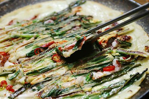 チヂミ(韓国風お好み焼き)ねぎと海産物をふんだんに使ったパジョン(ねぎチヂミ)とマッコリはベストな組み合わせ